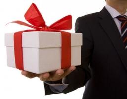 Omaggi natalizi ai clienti delle imprese deducibili in base al valore unitario